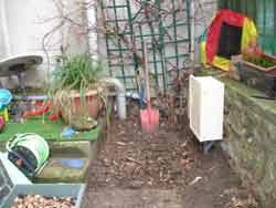 La boîte électrique qui a été installée puis démontée dans le jardin privatif.