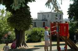 La terrasse du 92 rue F. Rolland vue du jardin de l'école maternelle